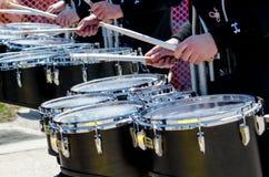 Att spela trummar i en ståta Arkivbild