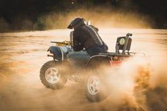 Att springa ATV är sand royaltyfri bild