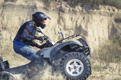 Att springa ATV är sand royaltyfria bilder