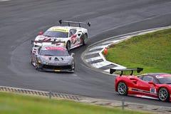 Att springa för Ferrari 488 utmaningbilar på den Ferrari utmaningAsia Pacific serien springer Arkivbild