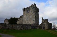 Att stå högt fördärvar av Ross Castle i Killarney Irland arkivbilder