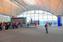 Att stiga ombord utfärda utegångsförbud för på den Hong Kong flygplatsen Arkivbilder