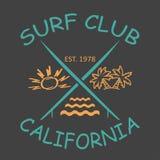Att surfa designen Kalifornien med bilden av surfingbrädor, solen, palmträd, vinkar Royaltyfri Bild