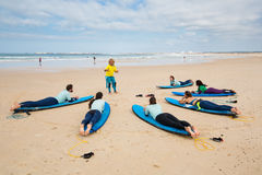 Att surfa lagledaren instruerar novissurfare nära Peniche Arkivbilder