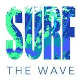 Att surfa logo med tecknet och texturerad bakgrund med vattenfärgen spots och plaskar Royaltyfri Bild