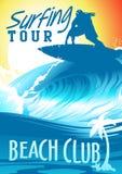 Att surfa turnerar strandklubban med surfaren på våg Royaltyfri Fotografi