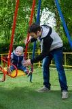 Att svänga för fader som är hans, behandla som ett barn Fotografering för Bildbyråer