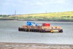 Att sväva ponton med konstruktionsväxten förtöjde på flodThemsen, Arkivfoton