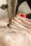 Att sy snör åt klädmaterial Arkivfoton