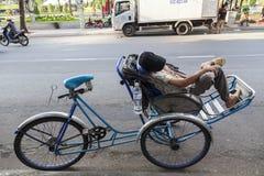 Att ta för den Riksha chauffören ta sig en tupplur Royaltyfri Bild