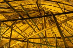 Att taklägga för bambutak halmtäcker arkivfoto