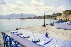 Att tjäna som tabeller på bakgrunden av havet, vaggar och himmel Royaltyfria Bilder