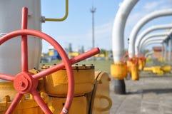 att torka gas, bransch, teknologi, gas, pump, knackar lätt på; ventel; ventil Arkivfoton