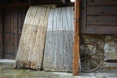 Att tröska stiger ombord van vid separata sädesslag från deras sugrör Arkivfoton