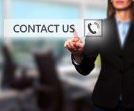 Att trycka på för affärskvinnahand kontaktar oss knappen på en pekskärm Arkivfoto
