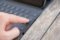 Att trycka på 'skriver in 'på ett tangentbord - närbild fotografering för bildbyråer