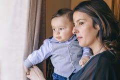 Att uppfostra för moder som är hennes, behandla som ett barn pojken med affektion royaltyfri bild