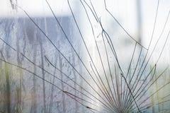 Att utstråla knäcker på ett brutet fönster Fotografering för Bildbyråer