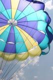 att vända mot till vänster hoppa fallskärm Arkivbild