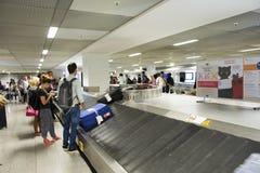 Att vänta för tysk- och utlänninghandelsresandefolk mottar bagage på karuselltransportör på Frankfurt den internationella flygpla royaltyfria foton