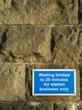 Att vänta som begränsas 20 minuter, undertecknar på stenväggen Fotografering för Bildbyråer