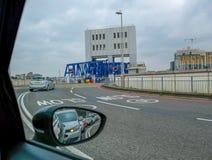 Att vänta som stiger ombord Woolwichen, färjer för att korsa flodThemsen in arkivbild