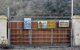 Att varna och håller undertecknar ut Royaltyfri Bild