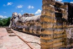 Att vila Buddha av Wat Lokaya Sutha shooted från foten, Thailand Arkivbild