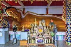 Att vila golen Buddhastatyn i Wat Koh Sirey Arkivfoto