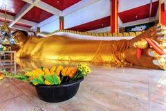 Att vila golen Buddhastatyn i Wat Koh Sirey Royaltyfri Fotografi
