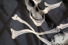 Att vinka piratkopierar flaggan glade roger Royaltyfri Bild
