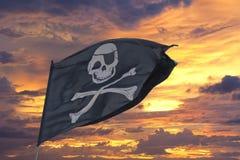 Att vinka piratkopierar flaggan glade roger Arkivfoton