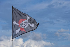 Att vinka piratkopierar flaggan glade roger Fotografering för Bildbyråer