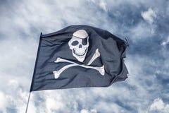 Att vinka piratkopierar flaggan glade roger Arkivbilder