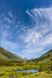 Att virvla runt fördunklar över bergplats Royaltyfri Bild