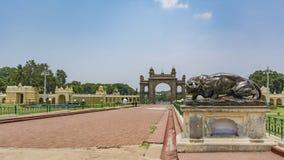 Att vråla brons tigern Mysore slottingång royaltyfri fotografi