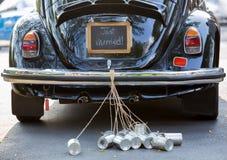 葡萄酒汽车的背面图有结婚的标志和罐头attac的 库存照片