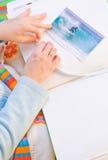 Attaccando le immagini all'album di foto Immagini Stock