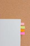 Attaccando ricordo sul blocco note. Fotografia Stock
