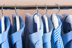 Attaccapanni con le camice Vestiti del ` s degli uomini Immagine Stock Libera da Diritti