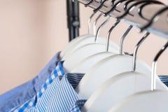 Attaccapanni con le camice Vestiti del ` s degli uomini Fotografia Stock Libera da Diritti