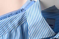 Attaccapanni con le camice Vestiti del ` s degli uomini Immagini Stock