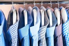 Attaccapanni con le camice Vestiti del ` s degli uomini Fotografia Stock