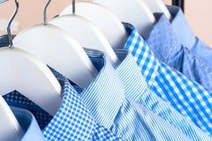 Attaccapanni con le camice Vestiti del ` s degli uomini Immagine Stock