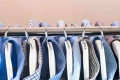 Attaccapanni con le camice Vestiti del ` s degli uomini Immagini Stock Libere da Diritti