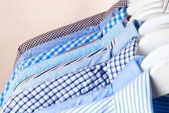 Attaccapanni con le camice Vestiti del ` s degli uomini Fotografie Stock