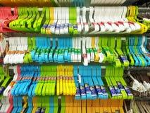 Attaccapanni di plastica multicolore di marca di DAISO Immagini Stock Libere da Diritti
