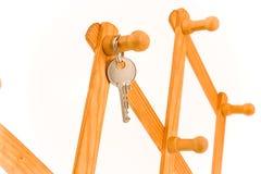 Attaccatura chiave della Camera sull'amo di legno immagine stock
