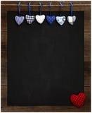 Attaccatura dei cuori del percalle di amore del biglietto di S. Valentino blu e rosso della lavagna Immagini Stock