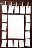 Attaccatura del documento della foto da rope con i perni di vestiti Fotografie Stock